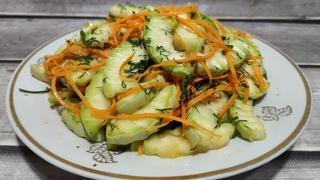 Вкусный, бюджетный и хрустящий салат из простых ингредиентов.  Приготовлении салат из кабачков.