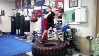 Бокс: Как улучшить работу ног в боксе ? Работа боксера на покрышке. Бой с тенью
