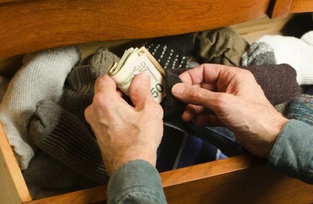 Деньги в обшивке дивана