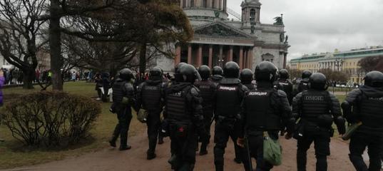 «Задерживай всех» и «Не боимся»: ОМОН встретил тысячи петербуржцев